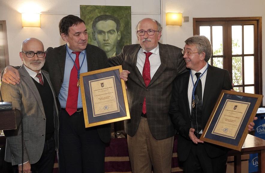 Los premiados posan con Marcos Bonastre y Rafael Salas, secretario general y presidente de la Asociación de la Prensa de Málaga, tras recibir las Medallas de Honor del Periodista durante el tradicional almuerzo del Día del Patrón celebrado en el restaurante El Pimpi.