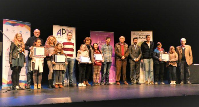 FOTO3. Foto de familia. Olga Viza junto a organizadores patrocinadores y colegios participantes