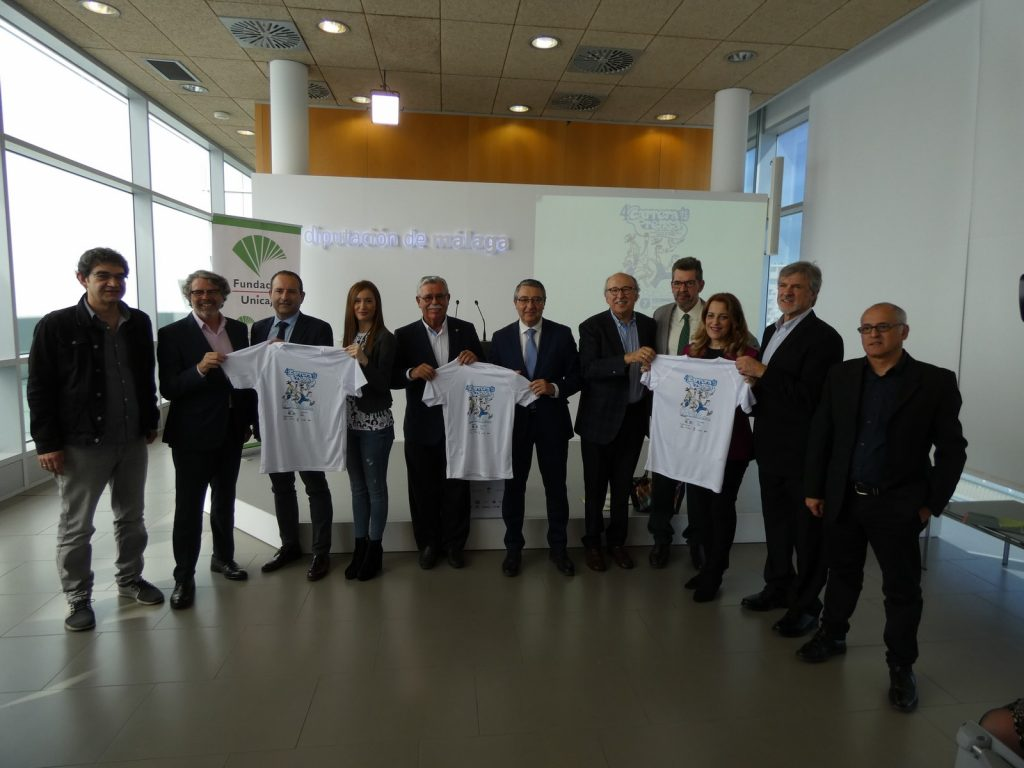 Los organizadores, patrocinadores y colaboradores de la IV Carrera de la Prensa, así como los directores de medios de comunicación de Málaga posan con la camiseta de la cuarta edición la prueba deportiva.