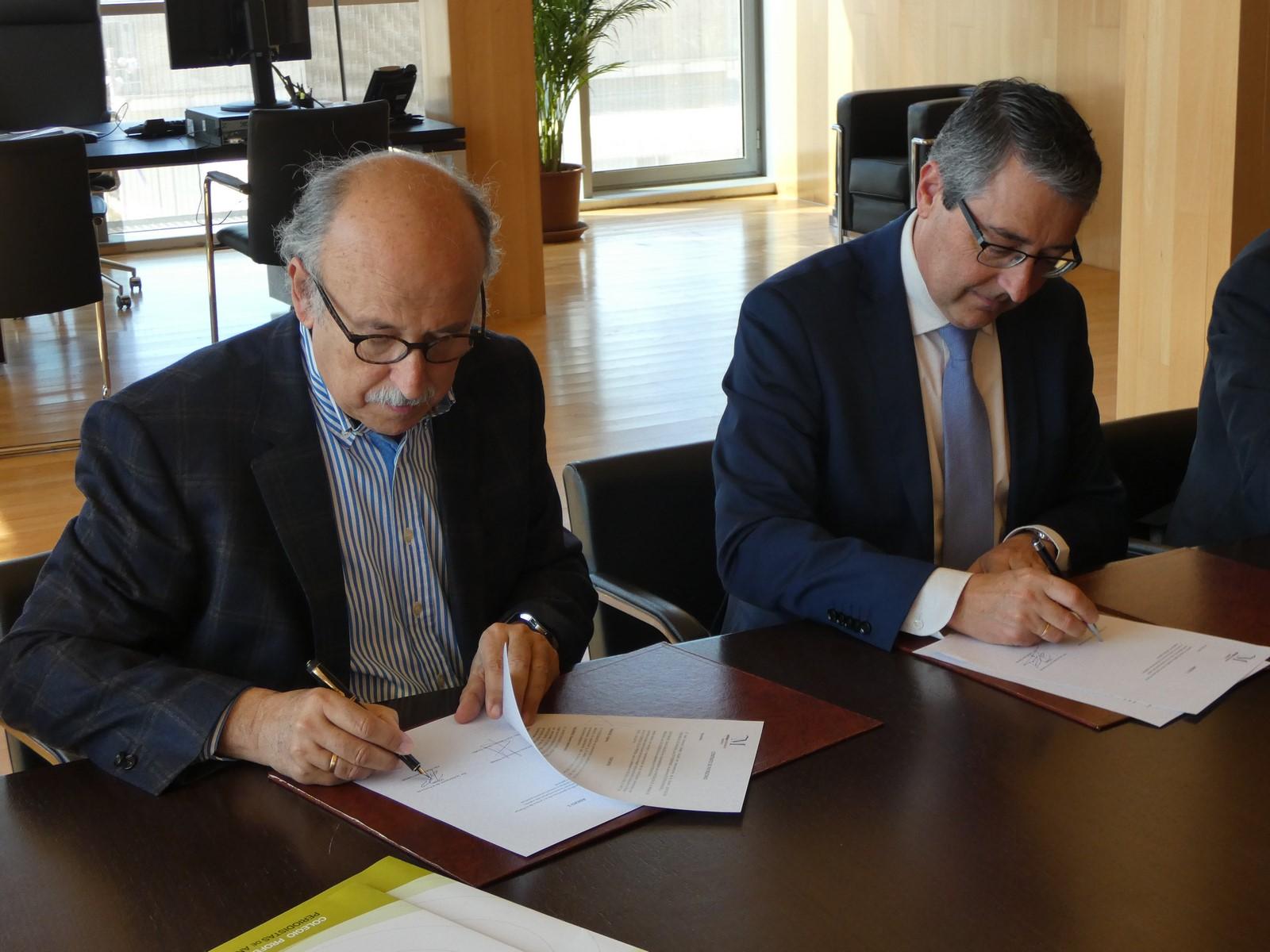 Rafael Salas y Francisco Salado firman el convenio de patrocinio entre la Diputación de Málaga y la Asociación de la Prensa de Málaga.