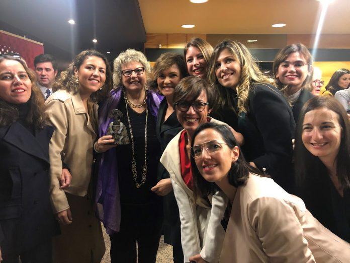 FOTO 1. La Asamblea de Mujeres Periodistas de la APM recoge el Premio Menina 2