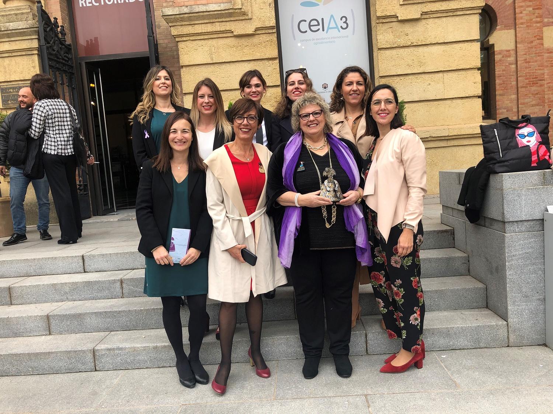 FOTO 2. La Asamblea de Mujeres Periodistas de la APM recoge el Premio Menina