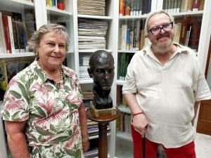 La familia de Manuel Prados y López dona a la APM un busto del periodista malagueño